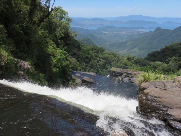 Cachoeira do Bracuíd e a vista da baía de Angra ao fundo. Foto: Marcelle Ribeiro