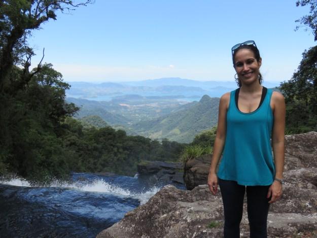 Cachoeira do Bracuí, em Bananal, com a vista de Angra. Foto: Ticianne Ribeiro