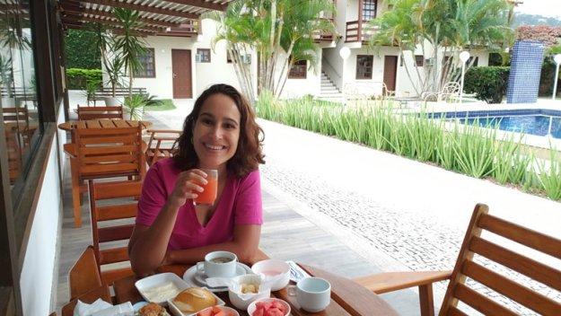 mulher café da manhã onde ficar em arraial do cabo