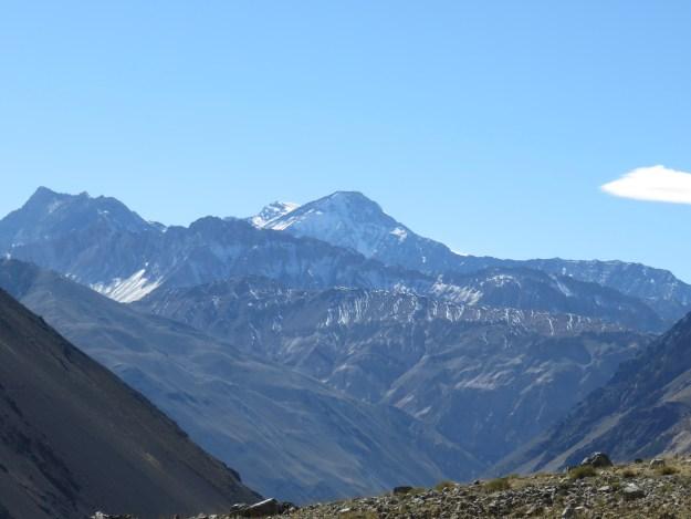 Montanhas com neve na ponta, em Cajón del Maipo. Foto: Marcelle Ribeiro