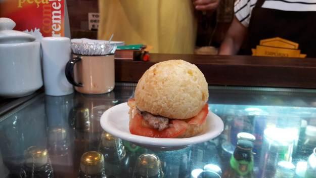 Pão de queijo recheado do João e Maria, no Mercado Municipal de Belo Horizonte. Foto: Marcelle Ribeiro