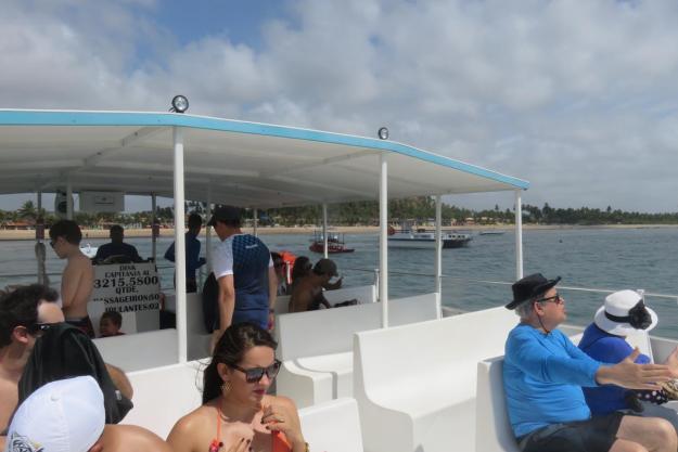Interior do barco que nos levou às piscinas naturais. Foto: Marcelle Ribeiro