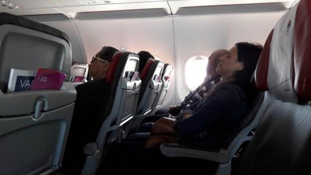 passageiros dormindo no avião (Copy)