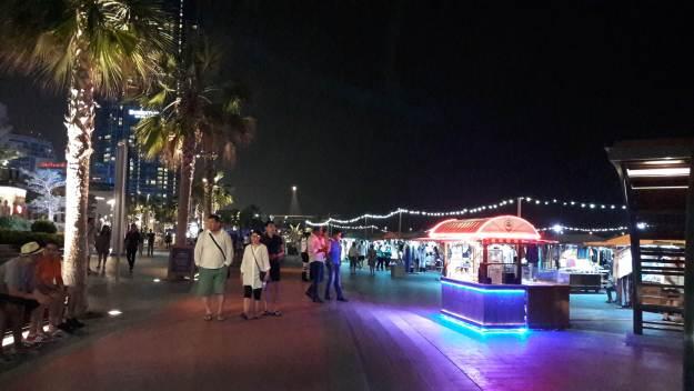 O The Walk atrai muitos turistas nas noites de Dubai. Foto: Marcelle Ribeiro