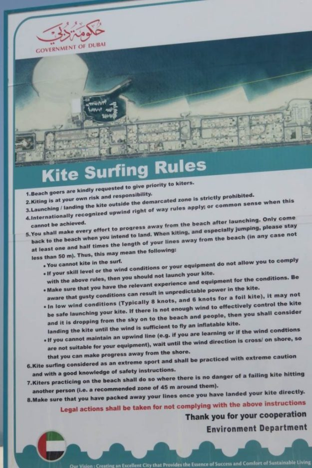 A placa com as regras para os praticantes de kite surf. Foto: Marcelle Ribeiro