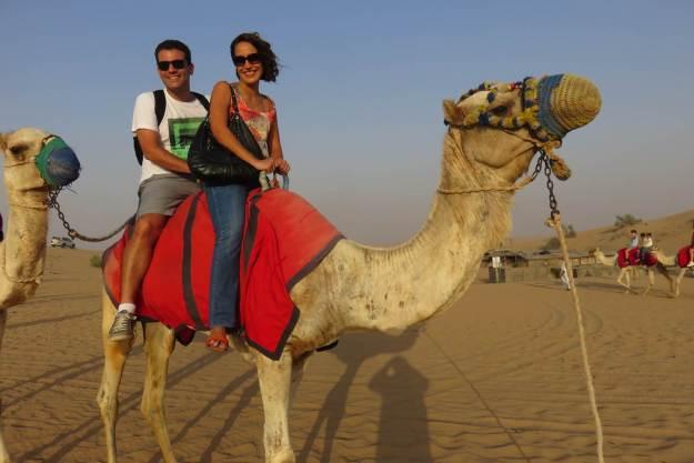 O safári pelo deserto inclui um rápido passeio de camelo. Foto: Arquivo pessoal