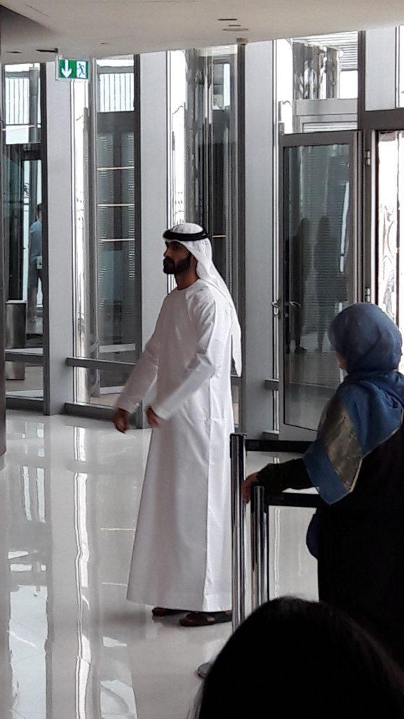 Roupa masculina típica em Dubai e Abu Dhabi. Foto: Marcelle Ribeiro.
