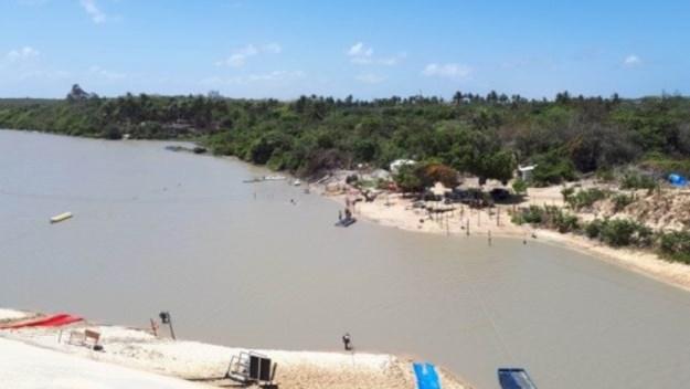 tirolesa e toboágua em lagoa do caiupe na praia de cumbuco