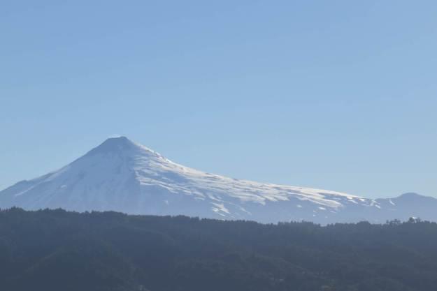 Vulcão visto do lago Calafquén, em Lican Ray.