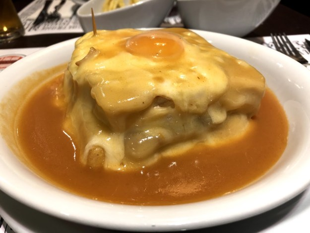 sanduiche francesinha portugal