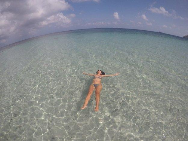 mulher boiando caribe colombiano