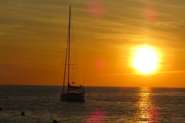 barco por do sol o que fazer em ibiza