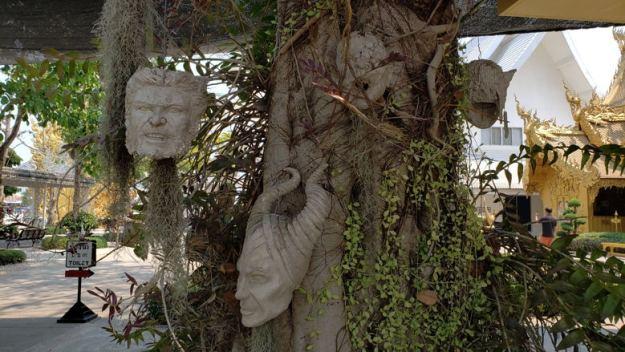 templo branco árvores chiang rai
