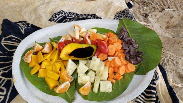 frutas picadas passeio de caiaque em paraty