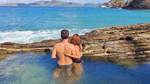 casal piscina natural ferradurinha búzios