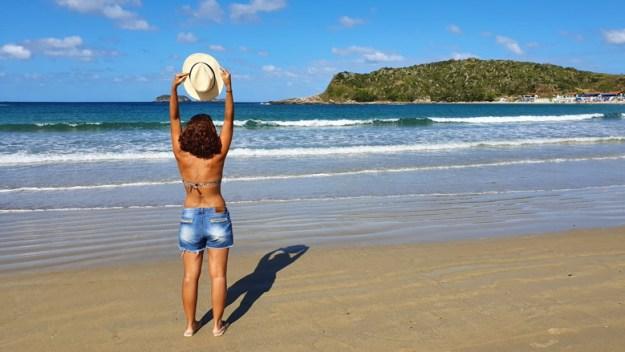 mulher praia das conchas praias de cabo frio