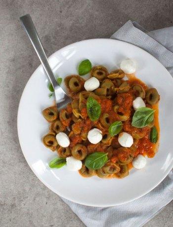 Vicky van Dijk | Tortellini in Tomatensaus met babymozzarella en basilicum