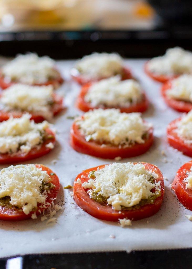 Tomaten-uit-de-oven-met-mozzarella-&-pesto-06