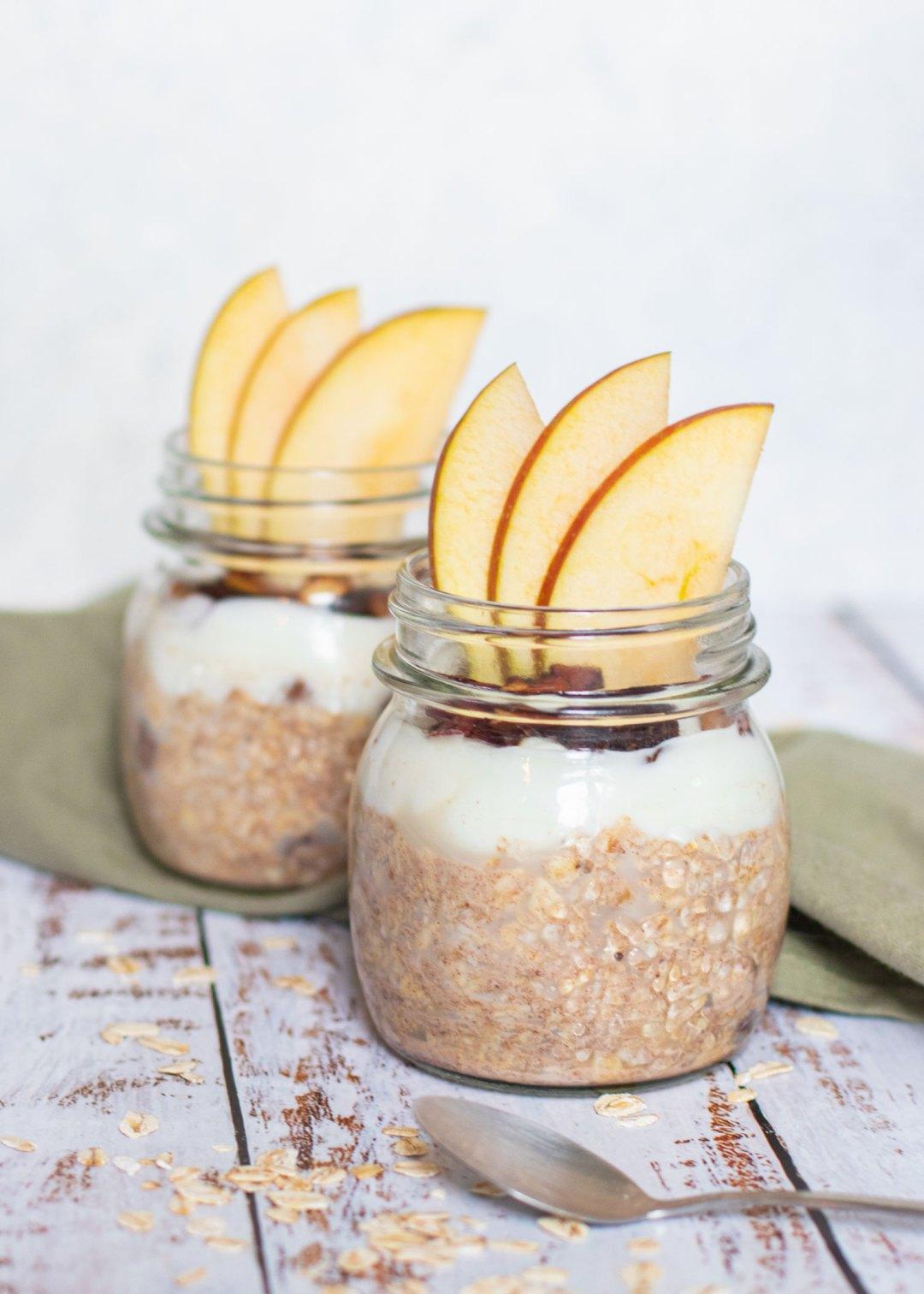 Overnight oats met appel, rozijnen & kaneel
