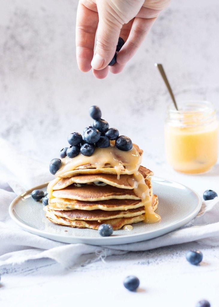 Pannenkoekjes met blauwe bessen & lemoncurd