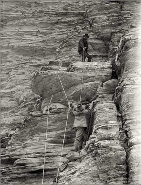 Escalade de l'aiguille de Pelens, Jean Plent assure Montaguier au câble - collection de Cessole - http://www.victordecessole.org
