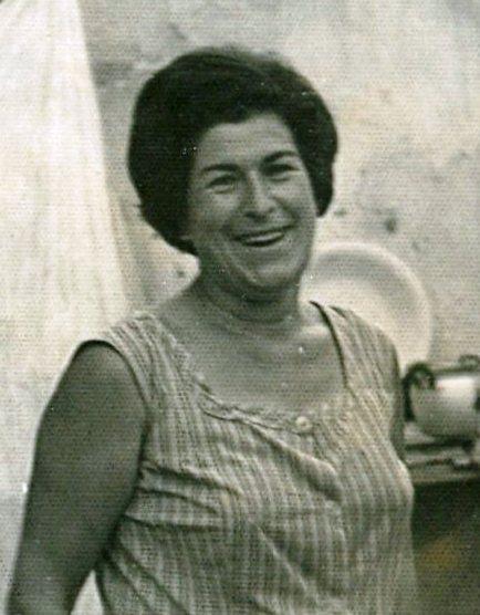 La misa y el vermú. Cándida Martínez es mi madre. La de la foto. Me ha dejado algunas bellas historias y comentarios que comparto con vosotros. Con amor.