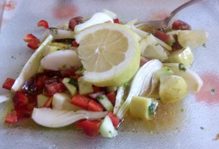 La ENSALADA PICANTE CON LIMÓN es una mezcla de sabores mediterráneos y árabes que nos dan una ensalada muy fresca y original. Para los más atrevidos.