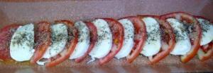 TOMATE CON MOZZARELLA. Una composición que combina sabores ideales: tomate, mozzarella, aceite de oliva y orégano. Más mediterráneo, imposible.