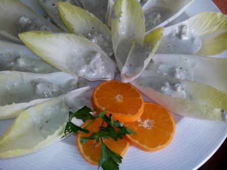 BARQUITAS DE ROQUEFORT CON AROMA DE MANDARINA, ensalada o primer plato. Una receta sencilla que queda espectacular y muy sabrosa.