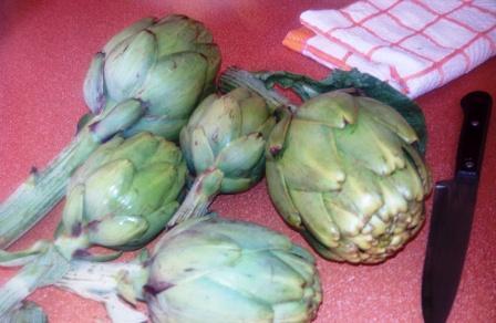 ALCACHOFAS GRATINADAS. Imagina unas medias alcachofas, ponles unos trocitos de jamón, cubre con bechamel y dóralas al horno. ¡Riquísimas!