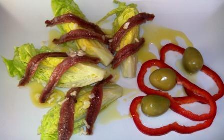 COGOLLOS CON ANCHOAS. Un plato sencillo con solo tres ingredientes: cogollos de lechuga, anchoas y un buen aceite de oliva. Fresco, sabroso y rápido.