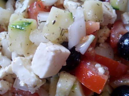 ENSALADA GRIEGA. Fresca, sencilla y muy saludable. Con ingredientes básicos tienes una ensalada espectacular que puedes comer también como plato único.