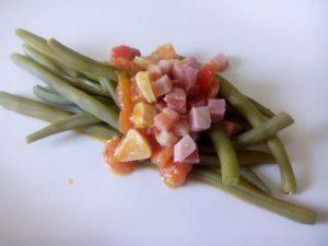 Las judías verdes con jamón son un plato sano y sabroso que combina varias verduras con un ligero sabor a jamón. Ideal para comer calientes o para llevar en táper y comer frías.