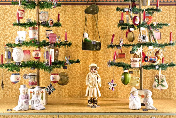 Victorian Christmas Ornaments - Hundreds of beautiful Christmas ornaments convey an impression of the splendour of Christmas in the Victorian times. [Photo courtesy of Puppenhausmuseum  Basel]