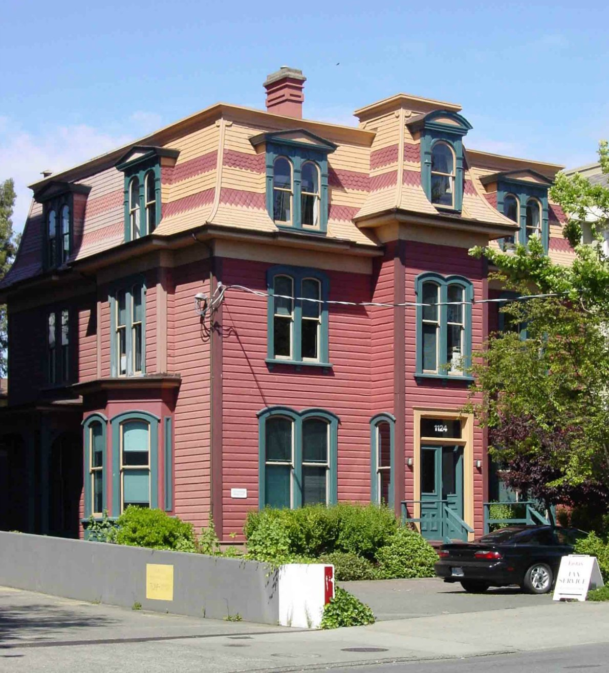 1124 Fort Street in 2005, before the verandah replacement. (photo by Victoria Online Sightseeing)
