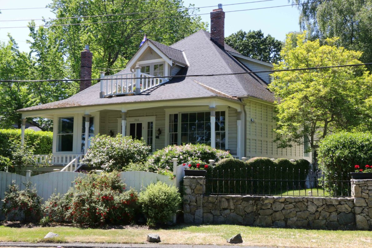 1512 Beach Drive in Oak Bay. (photo by Victoria Online Sightseeing Tours)