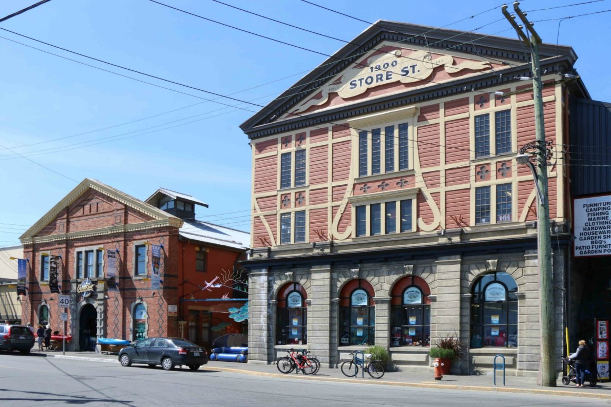 1824 Store Street (left), built in 1890, and 1900 Store Street (right), built in 1862. (photo by Victoria Online Sightseeing Tours)