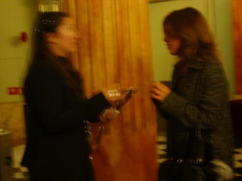 Laura Prats e Inés Troyiño en pleno debate, borrosas, en El Liceo