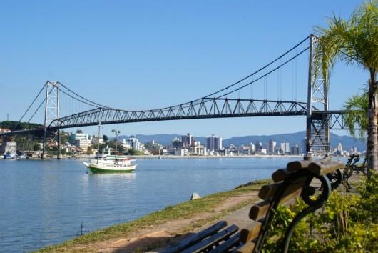 A Ponte Hercílio Luz é o símbolo de Florianópolis