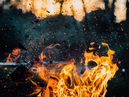 Mistério da chama da cachoeira
