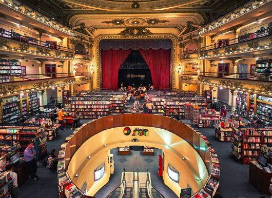 """Foto por Deensel/CC BY 2.0 """"Interior do maravilhoso El Ateneo Grande Splendid, livraria que costumava ser um famoso palco de tango"""""""