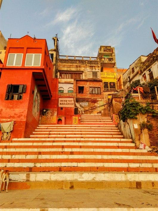 Ghats que levam ao Rio Ganges em Varanasi