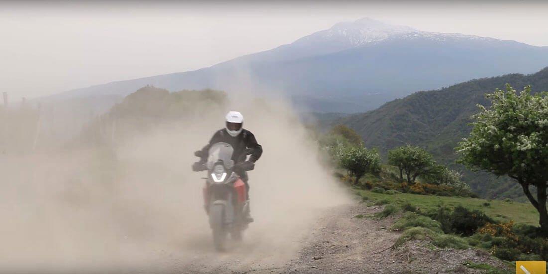 ktm-1190-adventure corriendo por pistas