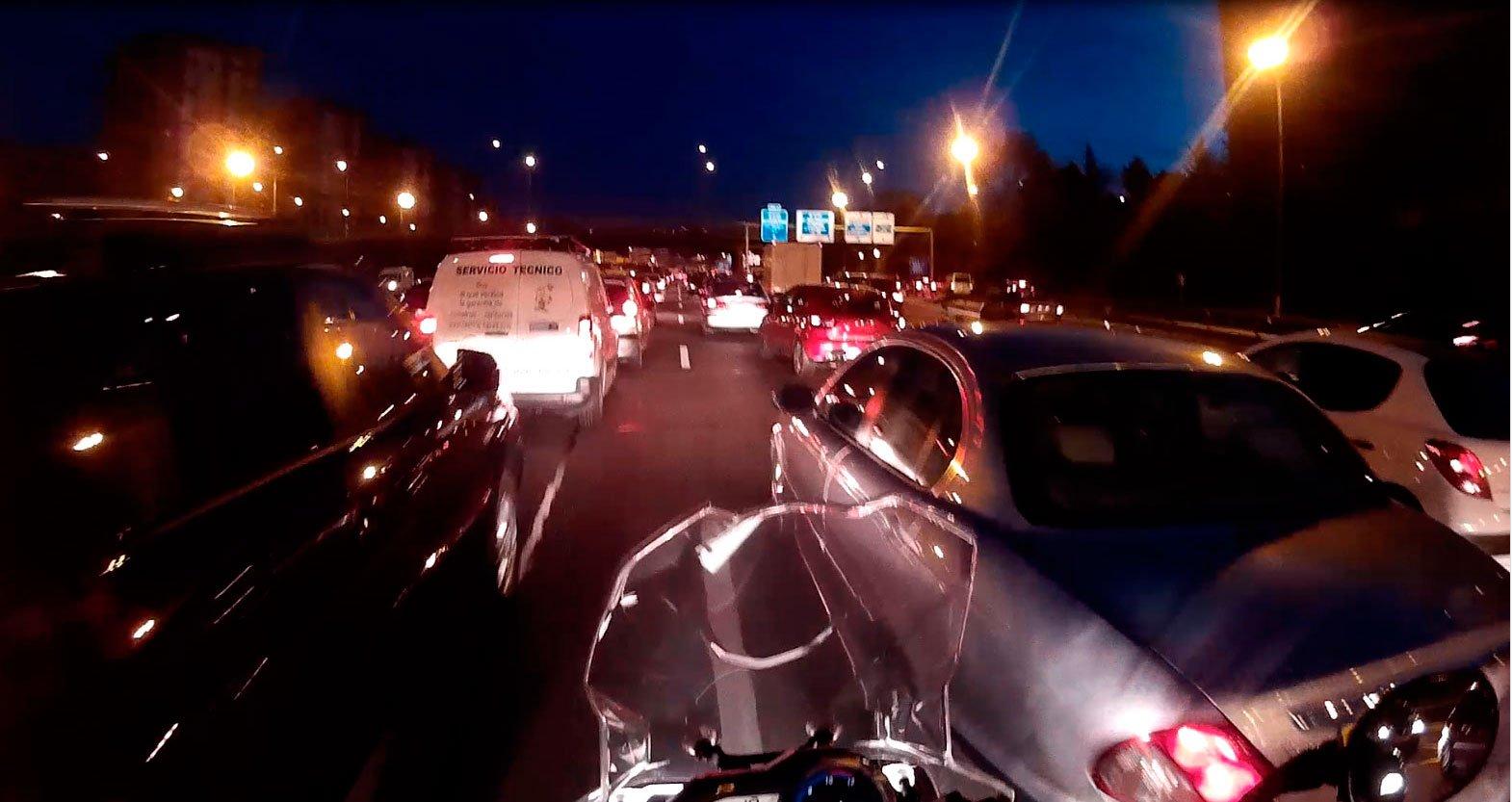 Moto entre el tráfico