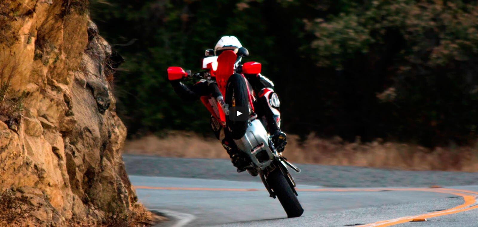 Honda supermotard haciendo caballito