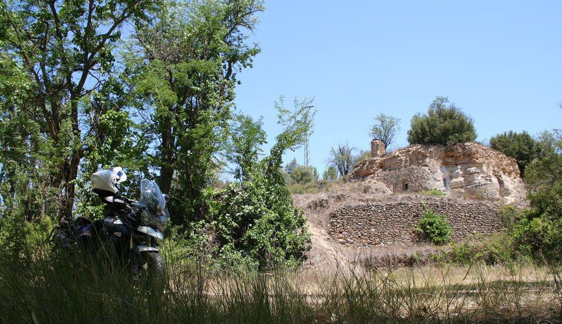 Al pie del río Guadiela, en Cuenca, Triumph Tiger 800