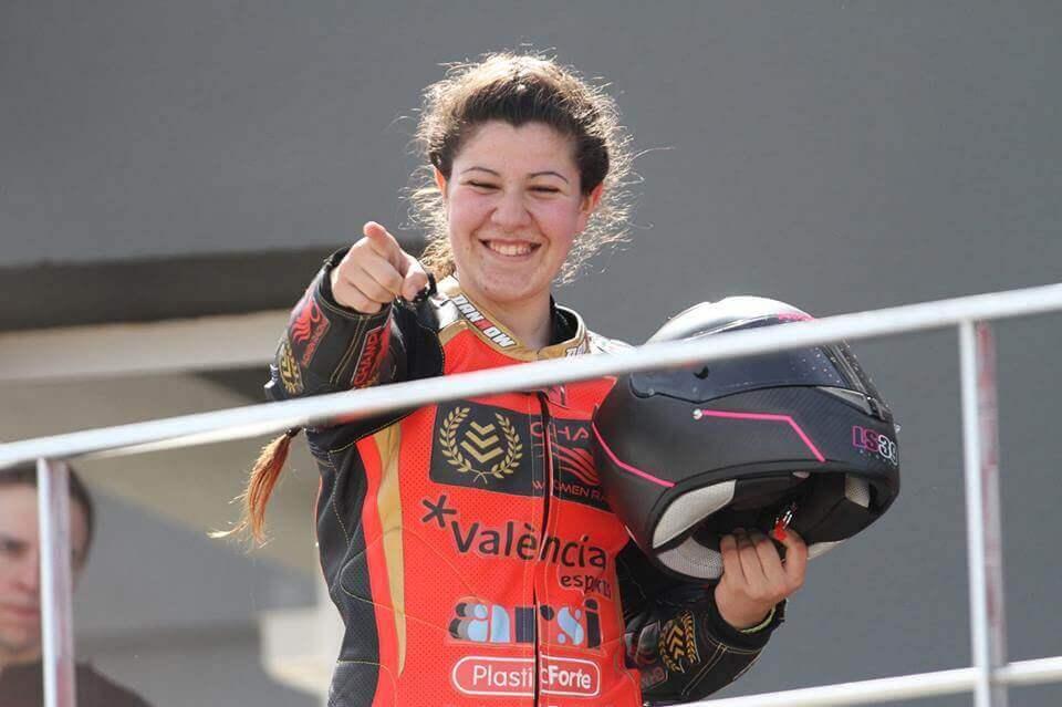 Pakita Ruiz campeona de España de Motociclismo saluda