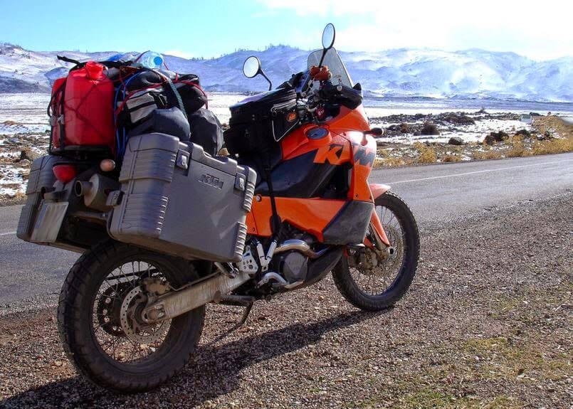 KTM con maletas en pleno viaje de aventura