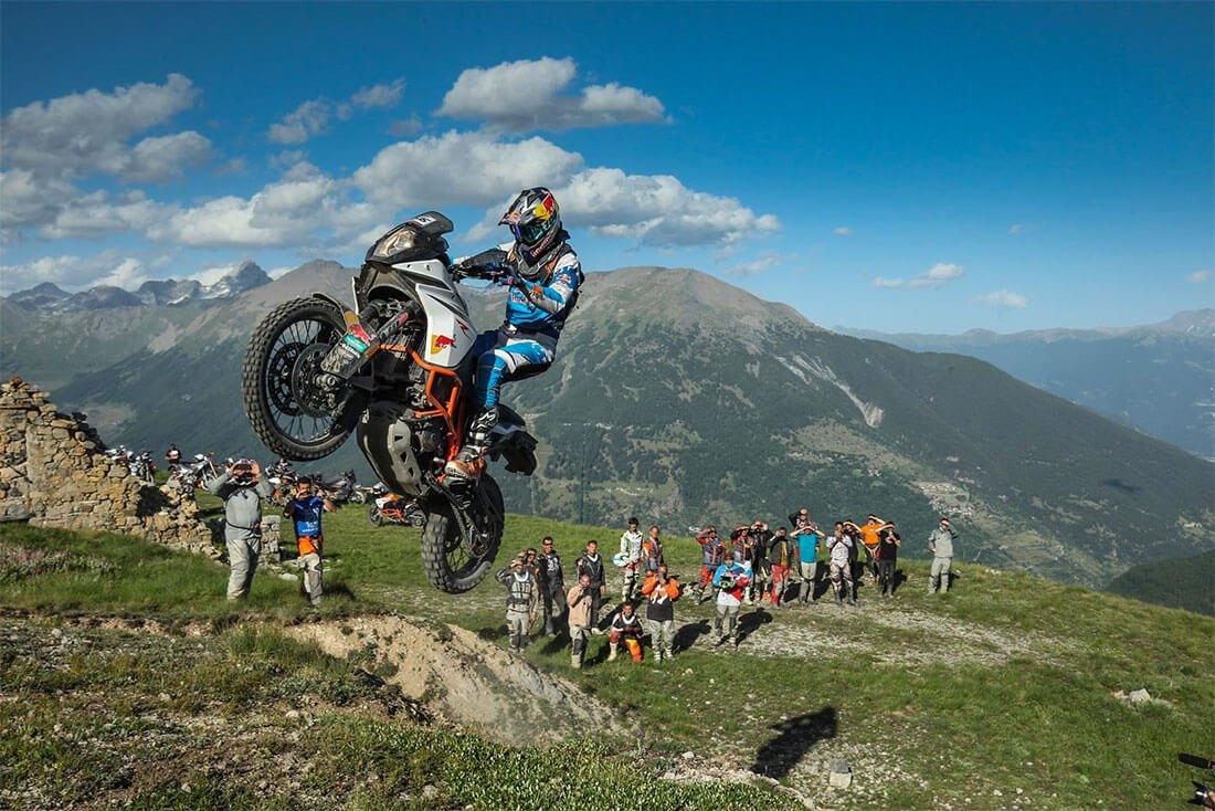 Saltando con la moto KTM en un rally