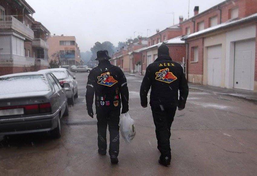 Dos miembros del MC Zona Estival Salou bajo la nieve